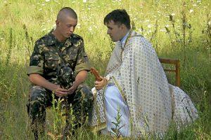 sacerdote confiesa a un militar