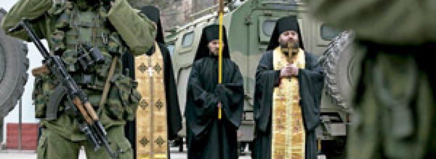 sacerdotes ortodoxos en Ucrania rezan cerca de soldados por el fin del conflicto