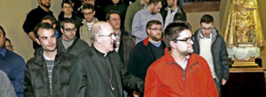 Carlos Osoro arzobispo de Valencia con un grupo de seminaristas