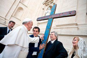 Papa Francisco bendición cruz pateras Lampedusa