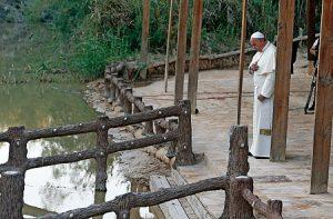 Rezo en el río Jordán, donde se cree que se bautizó Jesús.