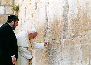 Juan Pablo II en el Muro de las Lamentaciones.