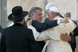El abrazo de las tres religiones.