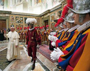 Bergoglio da la bienvenida a los nuevos guardas suizos.