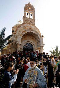 Procesión en el lugar del río Jordán donde se bautizó Jesús (2013).