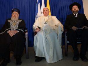 El Papa entre los dos Grandes Rabinos.