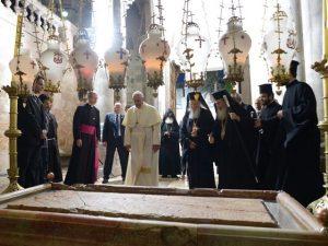Los líderes cristianos ante el Santo Sepulcro.