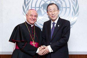 El arzobispo Vincenzo Paglia con Ban Ki-moon en 2013.