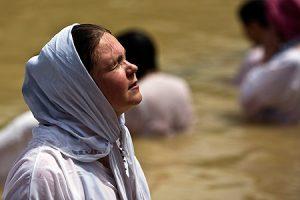 Peregrina en el río Jordán, cerca de Jericó.