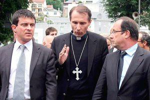 Valls y Hollande escuchando al obispo de Lourdes.