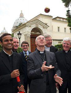 Justin Welby con el club vaticano de cricket.