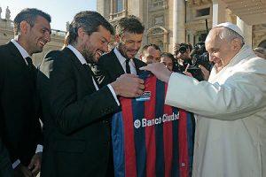El papa Francisco es socio del club argentino San Lorenzo de Almagro, apodados 'los santos'.