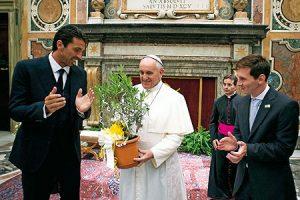 El papa Francisco, entre los jugadores Buffon y Messi.