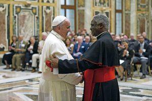 El Papa saluda a Peter Turkson.