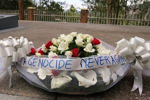 Corna de flores en el memorial del genocidio, en Kigali.