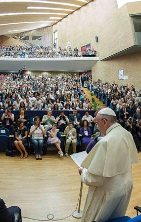Bergoglio se dirige a un auditorio universitario en su visita a Molise.