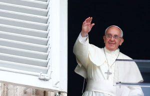 El Papa saluda en la plaza de San Pedro el pasado domingo.