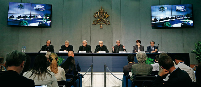 De izda. a dcha. Bruno Forte, André Vingt-Trois, Peter Erdö, Lorenzo Baldisseri, Federico Lombardi, Pina de Simone y Francisco Miano.