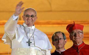 El papa Francisco tras ser elegido con el cardenal Hummes a su izquierda.
