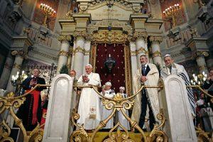 Benedicto XVI visita la sinagoga de Roma (2010).