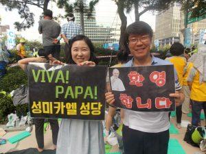 Dos-jóvenes-coreanos-en-la-Misa-de-beatificación