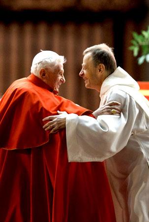 Abrazo entre el hermano Alois y el papa Benedicto XVI, en  diciembre de 2013.