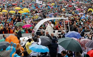 Francisco ayer a su llegada a la plaza de San Pedro.