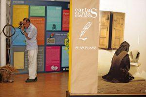Un hombre haciendo fotografías en la exposición itinerante sobre santa Teresa.