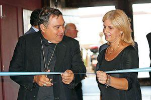 El obispo, José Mazuelos, inaugura la muestra.