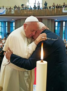 Abrazo a un sacerdote martirizado bajo el comunismo.