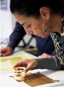 Roberta Mazza estudiando el papiro.