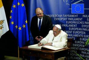 EL PAPA ES RECIBIDO POR MARTIN SCHULZ EN LAS PUERTAS DEL PARLAMENTO EUROPEO