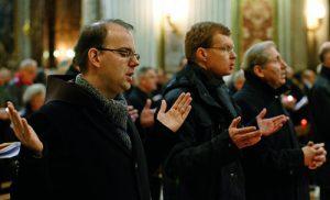 El jesuita Hans Zollner, en el centro, durante una vigilia penitencial  contra los abusos en el Vaticano
