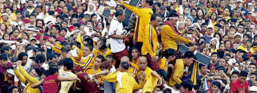muchedumbre grupo de gente fieles católicos en Filipinas