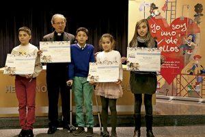 Anastasio Gil director OMP España con los ganadores del concurso de cuentos de la Infancia Misionera 2015
