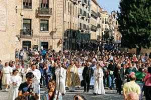 obispo de Salamanca en la calle en un acto diocesano