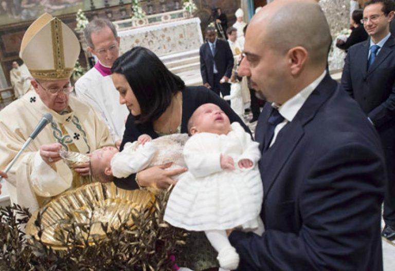 papa Francisco bautiza a 33 niños en la Capilla Sixtina 11 enero 2015