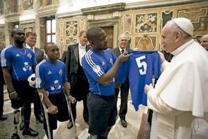 papa Francisco con un grupo de haitianos lisiados