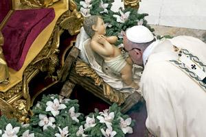 papa Francisco besa figura del Niño Jesús en Navidad 2014
