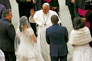 papa Francisco bendice a dos matrimonios