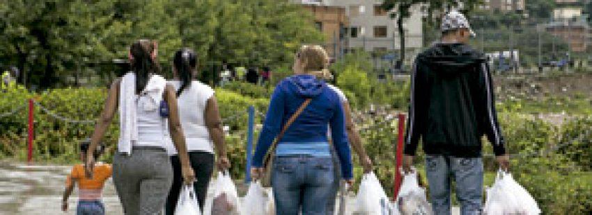 grupo de personas con bolsas de la compra en Venezuela país en crisis