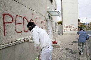 pintadas en una parroquia de Granada acusando a curas pederastas