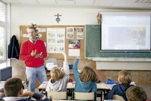 profesor con alumnos en el aula en la escuela en clase de religión
