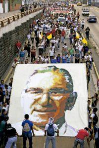 marcha ciudadana por la calle con pancarta de monseñor Romero