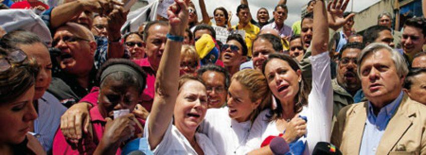 La esposa del alcalde Ledezma (izda.), en una protesta por la detención de su marido