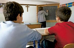 dos niños alumnos estudiantes en un aula en un colegio católico