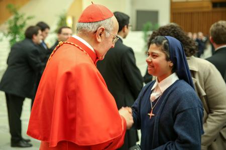 cardenal Ricardo Blázquez en el consistorio 14 febrero 2015 con una religiosa