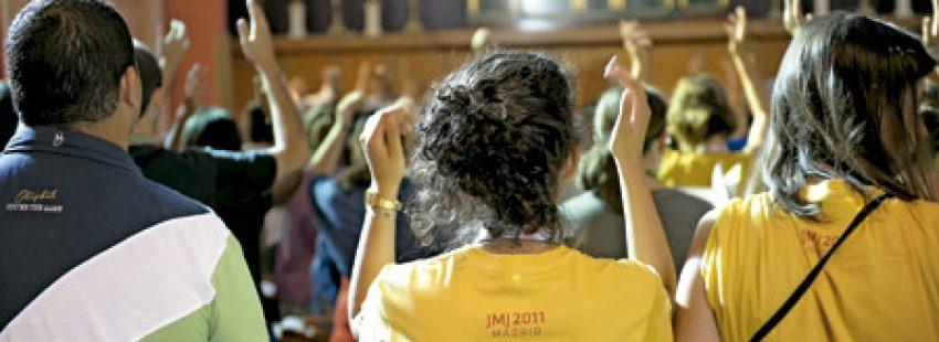 gente joven en una celebración eucaristía misa