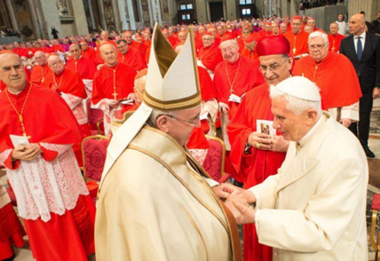 papa Francisco y Benedicto XVI en el consistorio de creación de nuevos cardenales 14 febrero 2015