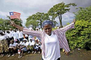 mujer en Monrovia Liberia reza por el fin del ébola